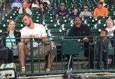 阿里扎与莫泰一同现身球场观看棒球比赛