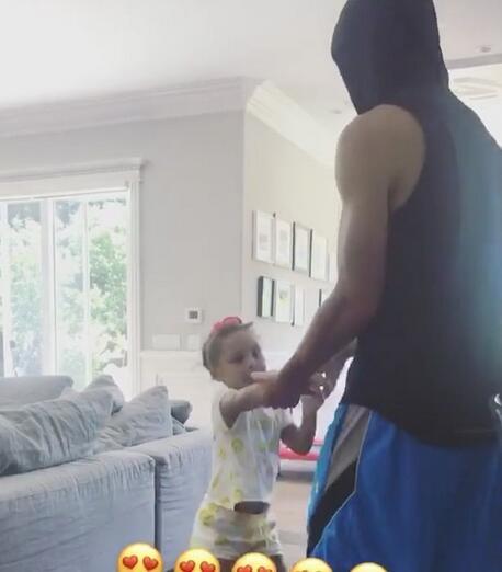 谁的舞姿更棒?库里与大女儿莱莉一起跳舞