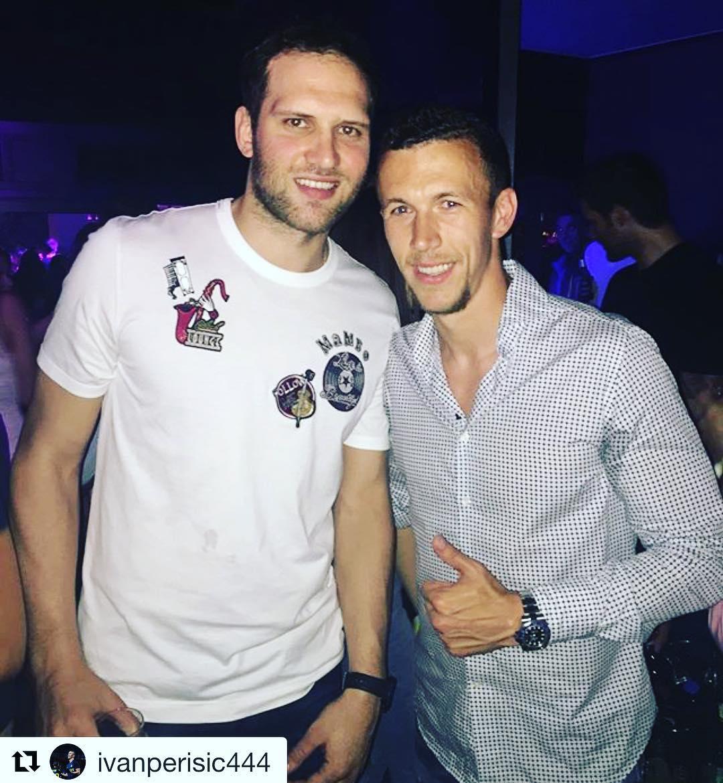 博扬晒自己与足球运动员佩里西奇的合照
