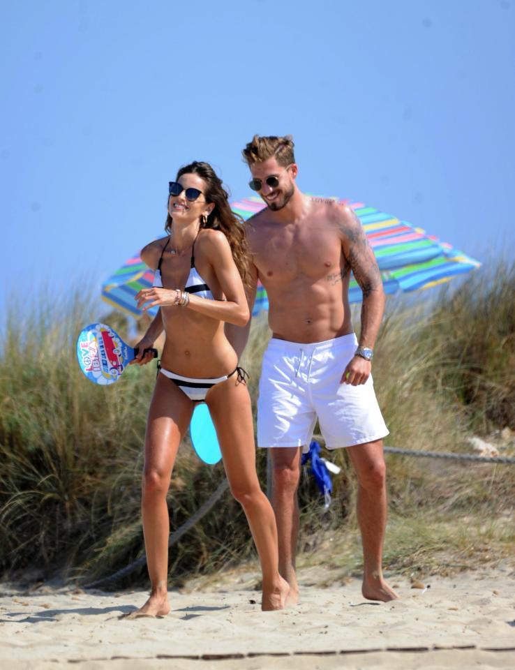 享受阳光,特拉普和维密女友现身沙滩