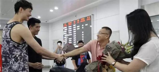福建主帅范斌抵达晋江,王哲林等弟子前往迎接