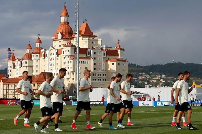 德国队进行抵达俄罗斯后首次训练,当地球迷热情欢迎