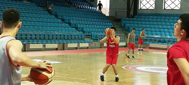 邹雨宸与男篮红队会合,专注三分球投篮训练