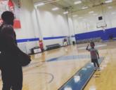 父爱!贝弗利与儿子在体育馆打球