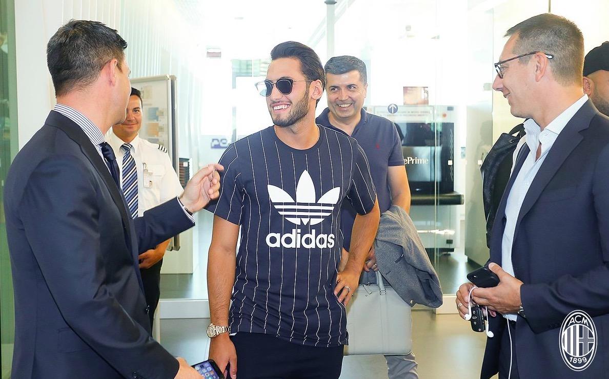 官方:恰尔汗奥卢抵达米兰,即将接受体检