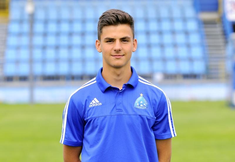 官方:米兰签下17岁的波兰中场小将巴吉尔