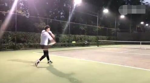 曾诚晒网球场上矫健身姿,祝福费天王温网夺冠