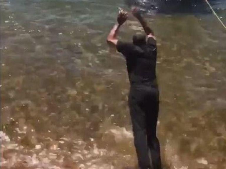 戴尔-库里打赌输给斯蒂芬-库里,被迫跳入湖中
