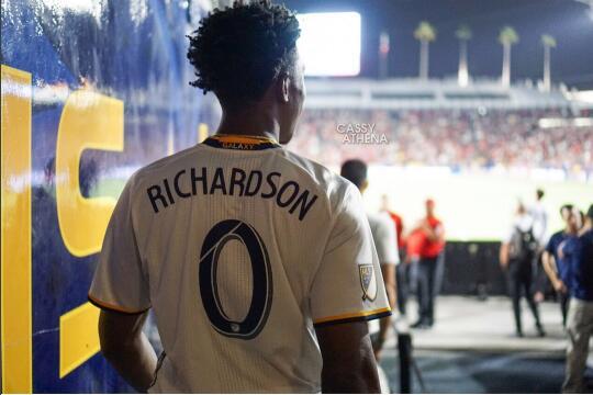 约什-理查德森现场观战洛杉矶银河对曼联的比赛