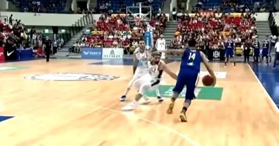 【影片】真正的腳踝終結者!菲律賓球員比賽中晃倒對手,後者受傷被抬出場
