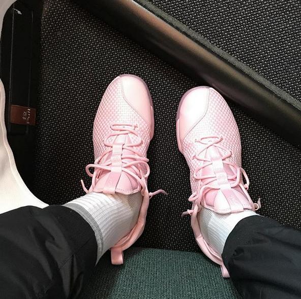 JR-史密斯穿著粉色鞋子抵達香港機場