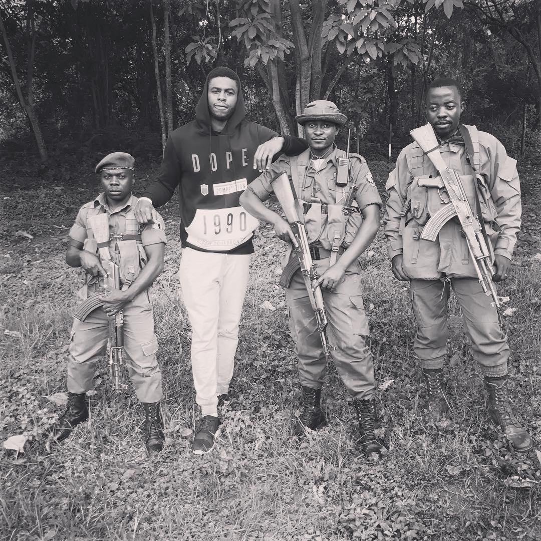 穆迪埃在剛果的叢林裡與士兵合影