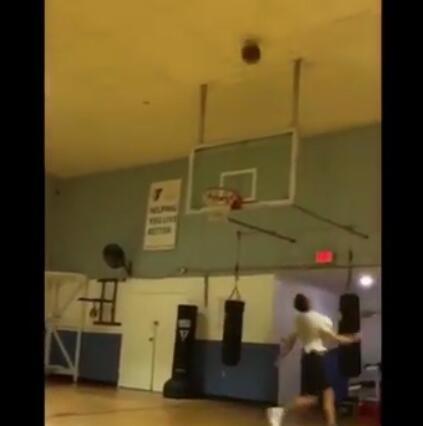 什麼操作?男子利用天花板反彈進行投籃