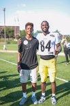 詹姆斯感谢橄榄球运动员布朗能和他的儿子合照