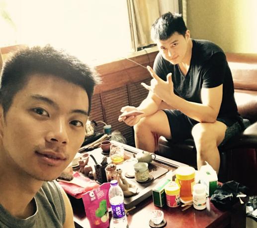假日小嘬两口,王子瑞与俞长栋喝养生茶