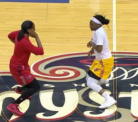 WNBA比赛由于屋顶漏水延迟,两队球员球场斗舞