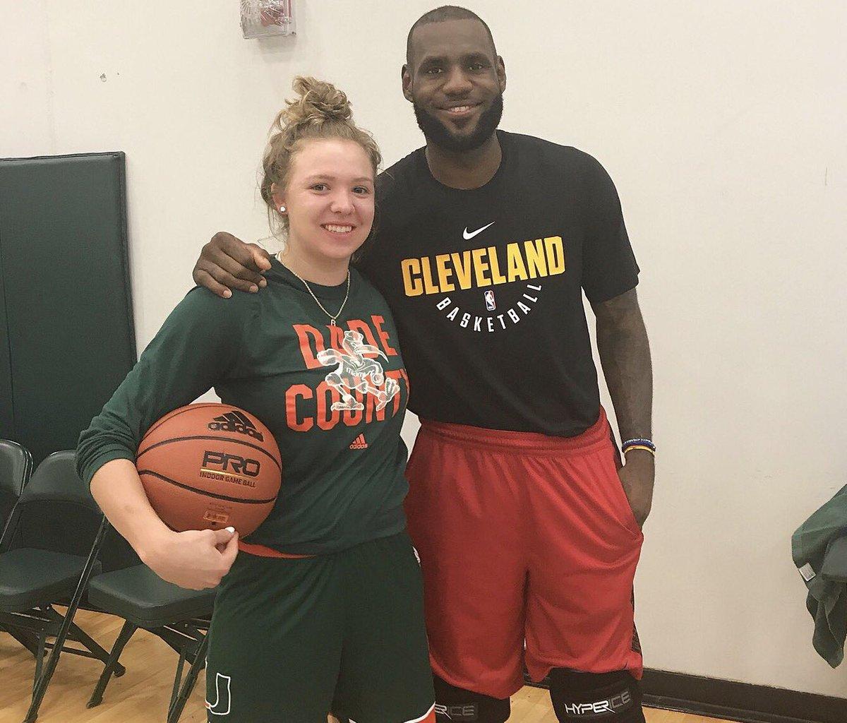 迈阿密大学女篮官方晒出队员与詹姆斯的合照