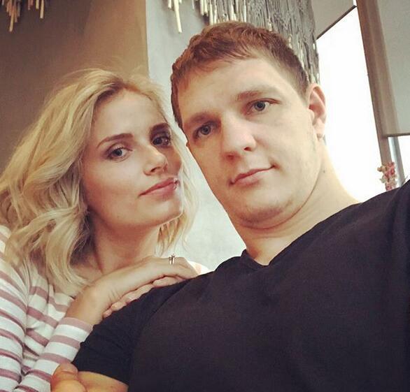 莫茲戈夫的妻子曬自己與丈夫合照