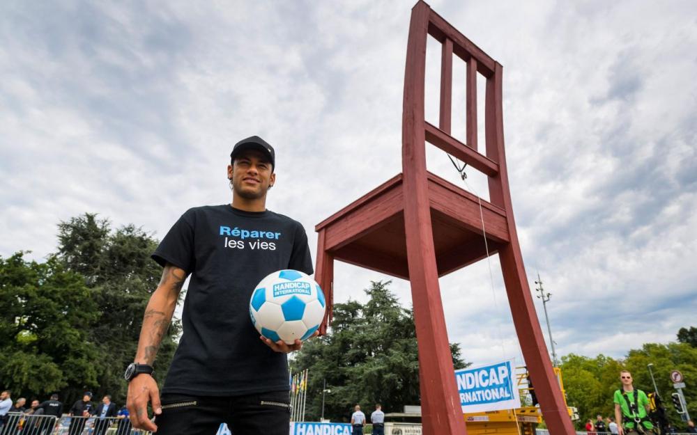 """内马尔:在12米高的""""日内瓦断椅""""上颠球有点害怕"""