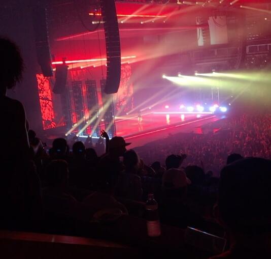 拉文現場觀看肯德裡克-拉馬爾的演唱會