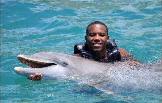凱-費爾德在水中與海豚親密接觸