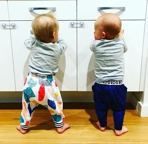 英格爾斯曬雙胞胎兒子的照片:團隊合作