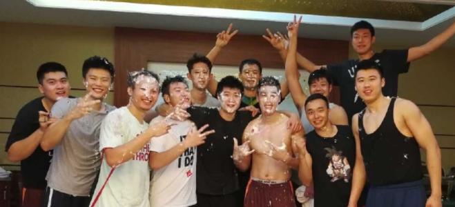 山东男篮众队员为新队友张春军庆祝生日