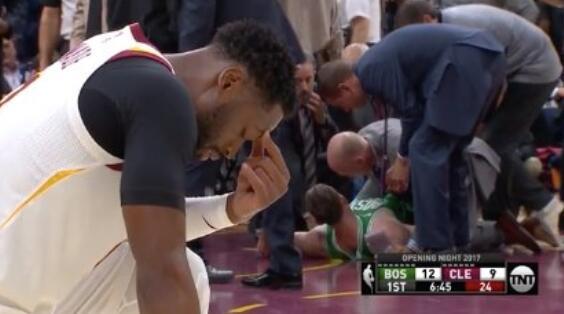 Hayward受傷倒地,Wade單膝跪地為其祈禱