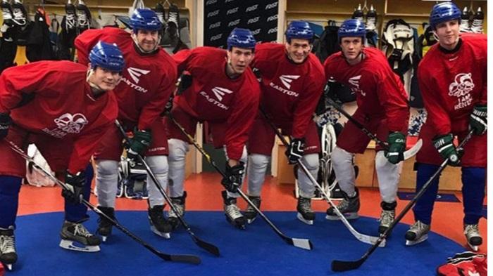 跨界训练!勒沃库森前锋与芬兰冰球队一同练习