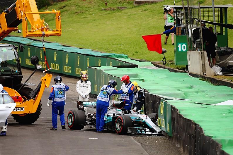 汉密尔顿换引擎从维修站起步,赛车触底自己背锅