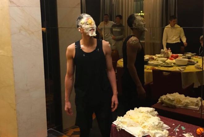 郭艾伦被扣蛋糕,哈德森晒照片祝生日快乐