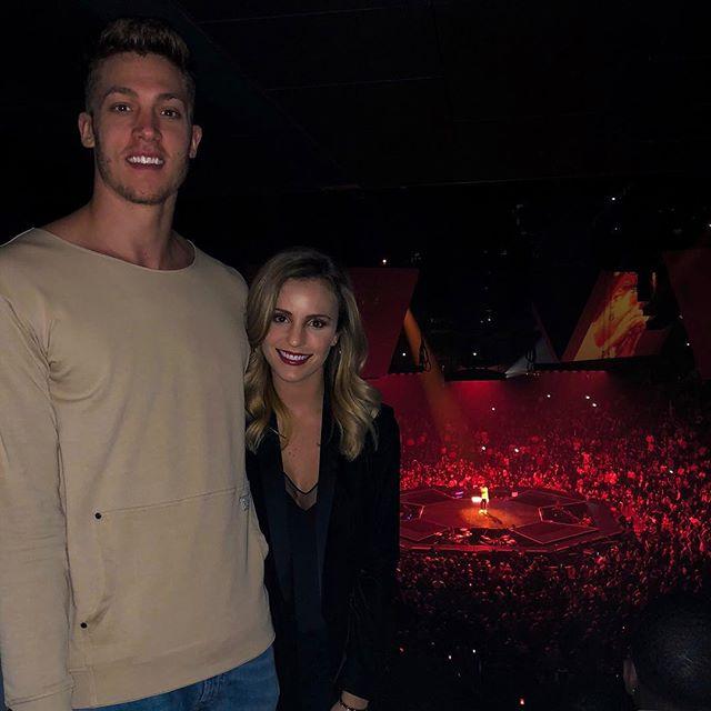 迈耶斯-伦纳德晒自己与妻子一起看演唱会的照片