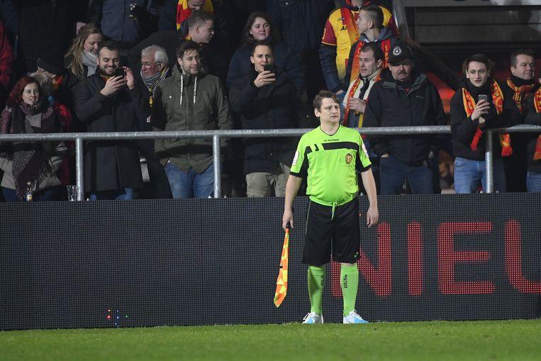 容易受伤的裁判!比利时球迷挺身而出客串边裁