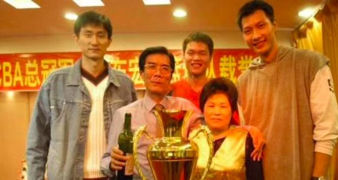 杜锋回国参加宏远俱乐部创始人陈林告别仪式