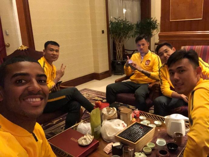 深谙中国文化?养生阿兰晒与队友饭后泡茶照