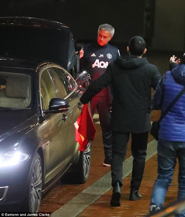 穆里尼奥遭人戏弄,在写有孔蒂的曼联球衣上签名