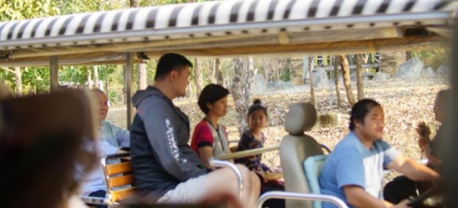 姚明携妻女游泰国受众人瞩目