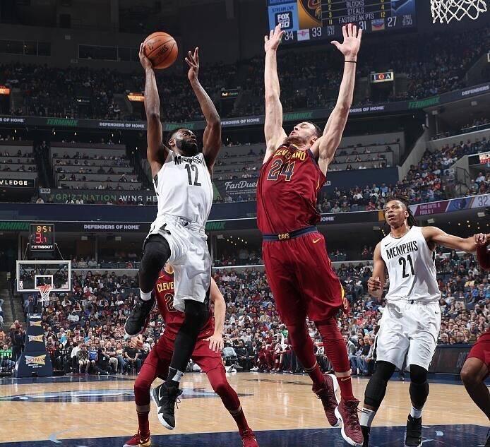 卢:小南斯在禁区内的垂直起跳干扰让对手看不到篮框