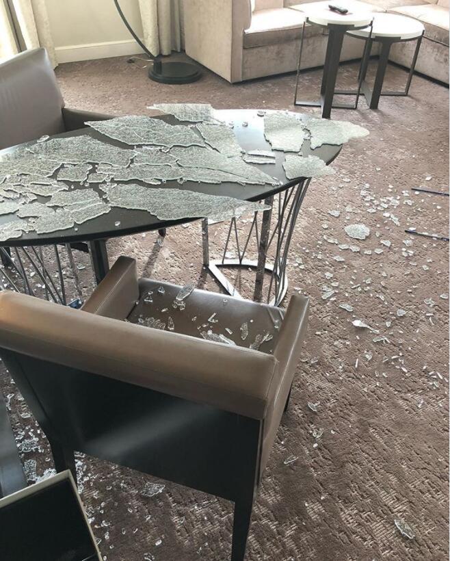 库里在酒店房间练习高尔夫挥杆,玻璃碎了一地