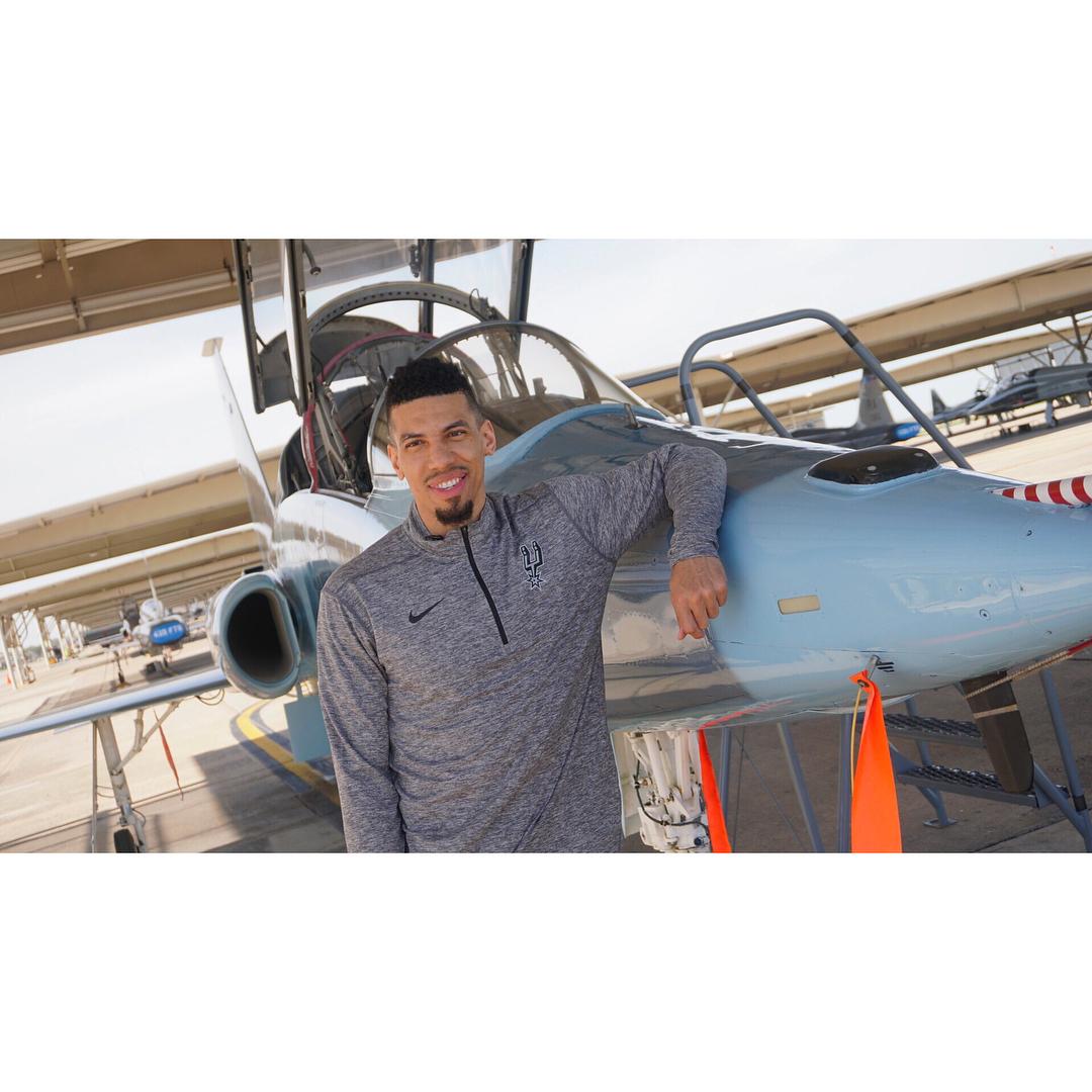 丹尼-格林发布自己到访空军基地的图集:感谢款待