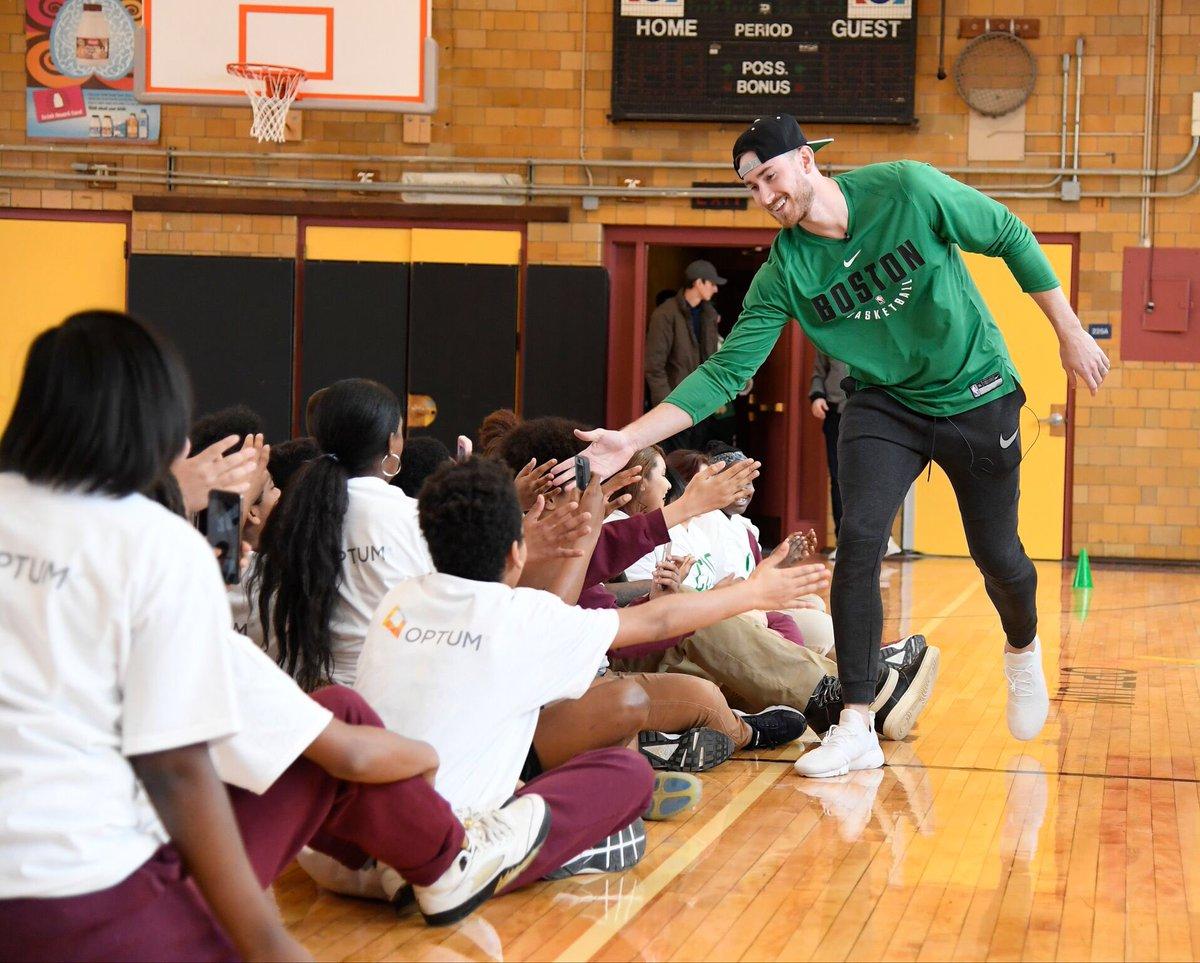 海沃德参加波士顿当地一所中学的球场启用仪式