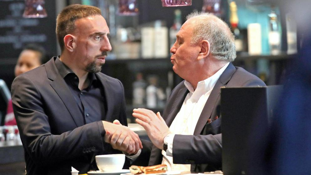 赫内斯与里贝里握手,图片报猜测:续约谈好了?