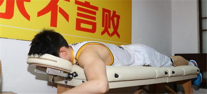 胡金秋出战40分钟,赛后累瘫引队医担忧