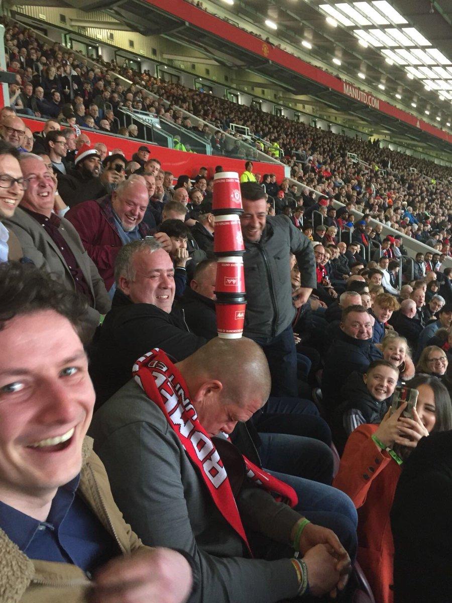 曼联比赛过于催眠?一球迷在看台睡着被整蛊浑然不知