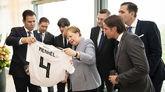 德国足协向总理默克尔赠送德国队4号球衣
