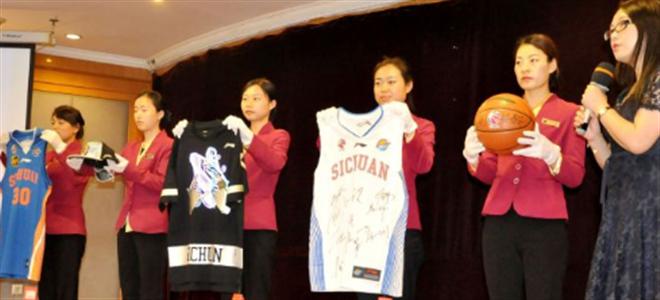 四川队向省体育博物馆捐赠总冠军球衣、纪念衫
