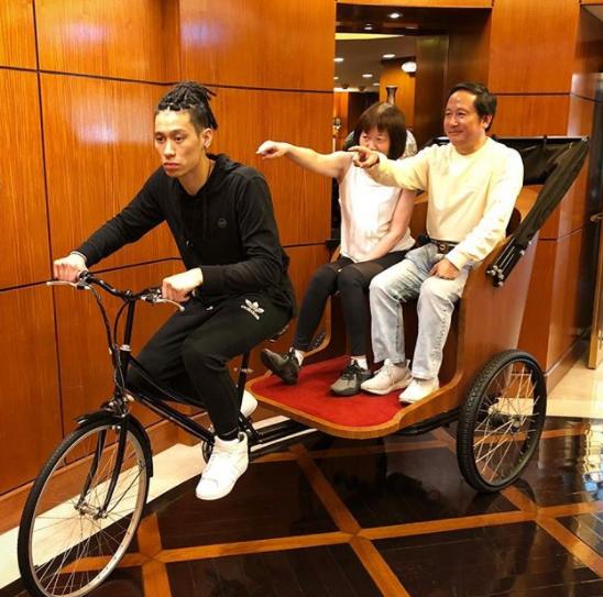 林书豪晒出自己骑三轮车搭父母的照片:养儿防老