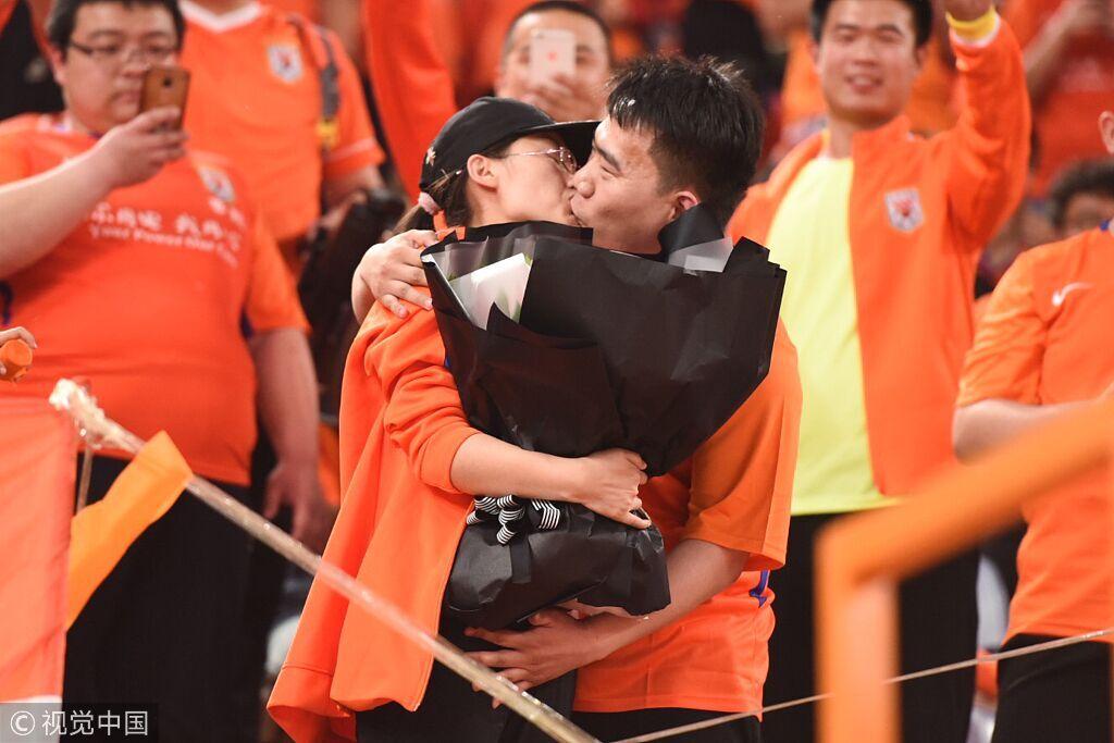 一图流:鲁能球迷看台求婚成功,双方甜蜜拥吻