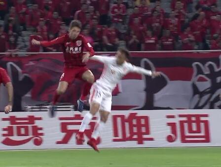 GIF:伤退!奥斯卡与陈杰相撞倒地不起,被武磊换下