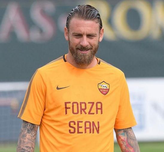 罗马全队身穿印有受伤利物浦球迷名字的队服进行训练
